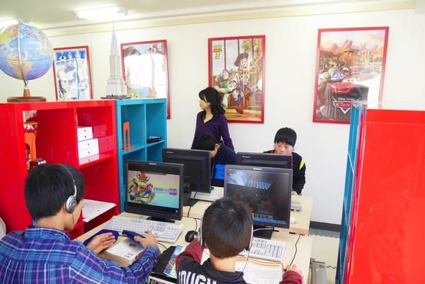 「アインシュタイン放課後」では1人1台のパソコンがある