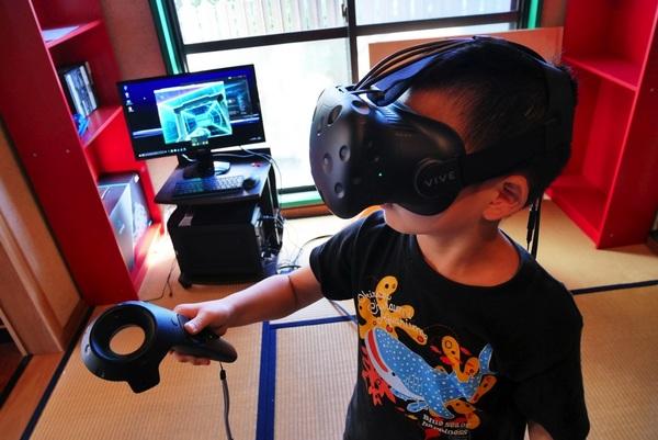 「アインシュタイン放課後」で、最新のVRを試す子どもたち