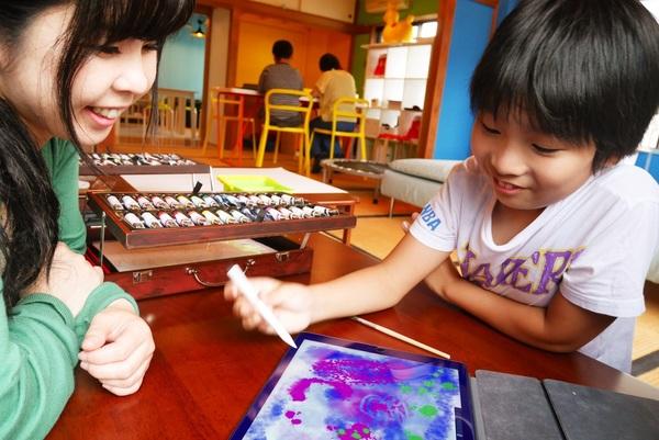 「アインシュタイン放課後」で、iPadで絵を描く子どもたち