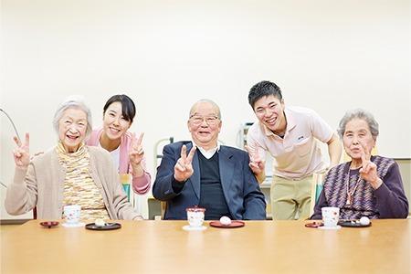 全国の美味しい銘菓に笑顔を見せる高齢者