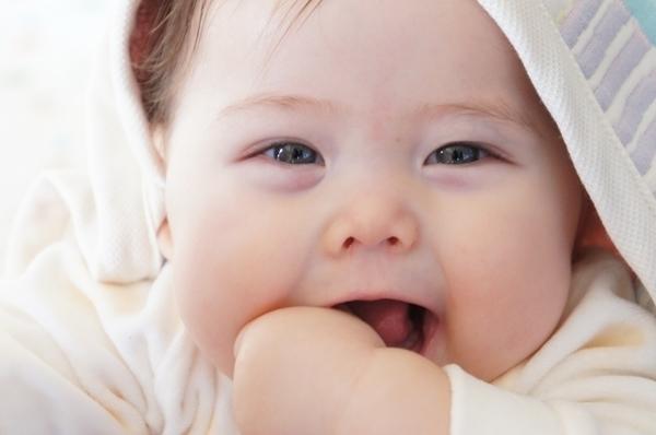 可愛いは正義!赤ちゃんの癒し効果で高齢者に元気を